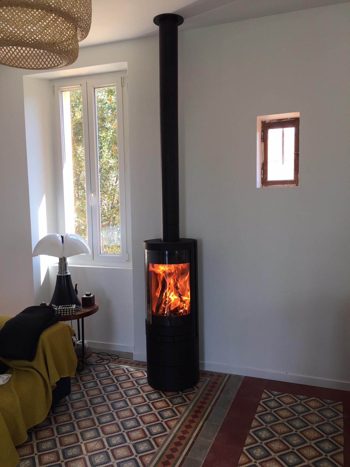 installation d 39 un po le bois marseille de marque. Black Bedroom Furniture Sets. Home Design Ideas