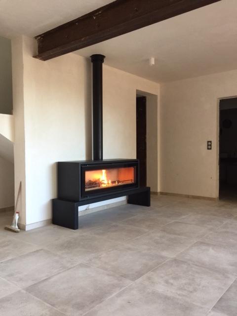 pose d 39 un po le bois studio 3 freestanding de la marque. Black Bedroom Furniture Sets. Home Design Ideas